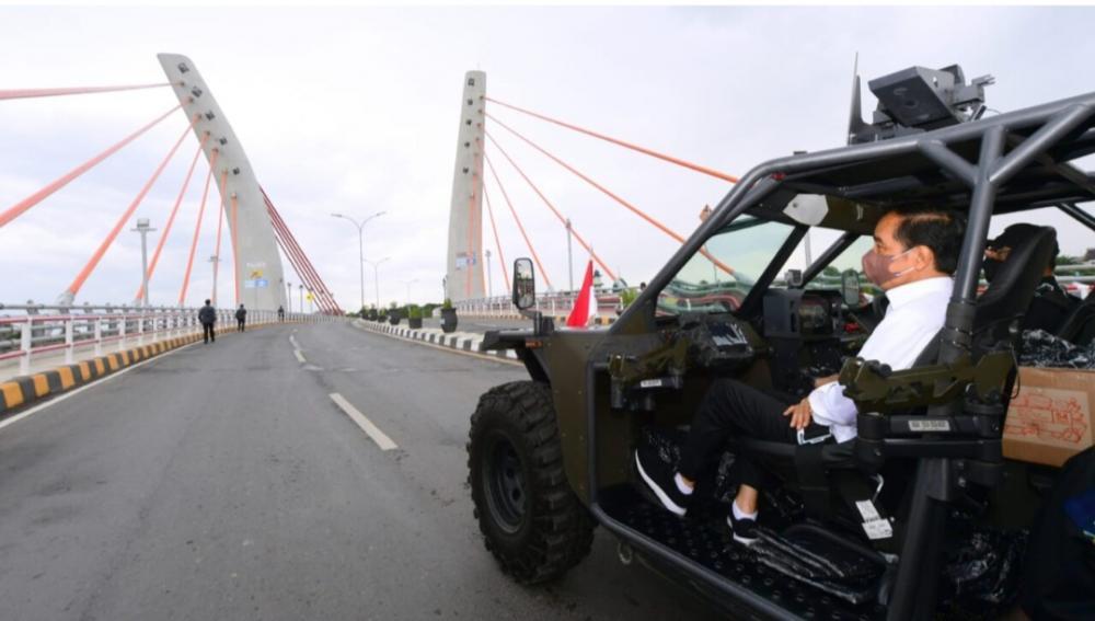Resmikan Jembatan Sei Alalak, Jokowi Jajal Kendaraan Taktis