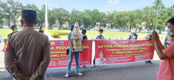 Bawa Piala, Puluhan Aktivis Pemuda Peduli Sumsel Sambangi Kantor Gubernur