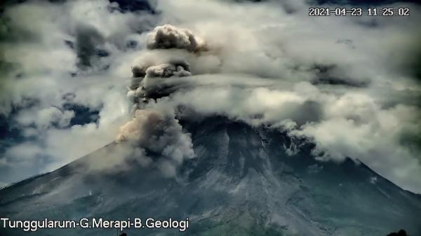 Gunung Merapi Luncurkan Awan Panas Sejauh 2 KM, Hujan Abu Terjadi di Cepogo