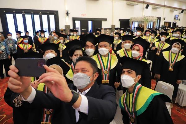 Herman Deru Hadiri Wisuda D III Kebidanan STIKes Pondok Pesantren Assanadiyah