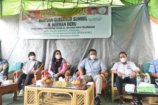 Herman Deru Terus Salurkan Bantuan Beras Bagi Ratusan KK Terdampak Pandemi di Bukit Kecil