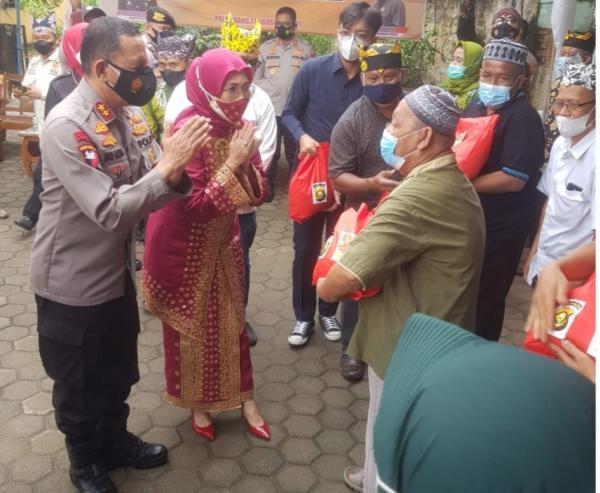 Kapolda Bersama Ketua DPRD Salurkan Bansos Beras Ke Masyarakat Ikawangi Sumsel