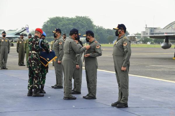 Panglima TNI Sematkan Brevet Wing Kehormatan Penerbang Kepada Empat Pejabat Negara