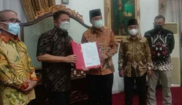 Terima SK dari Gubernur, Beni Hernedi Resmi Plt Bupati Muba
