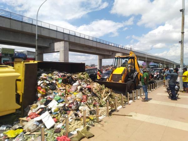 Tumpukan Sampah di Jembatan Ampera Bikin Macet